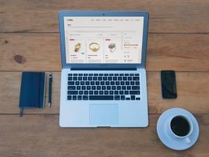 Macbook auf Tisch